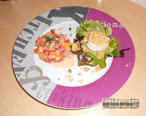 Tartare de tomates tricolores / crumble chèvre / lit de salade et graines
