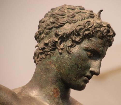 Musée archéologique de Delphes : des éphèbes