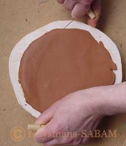 Couper l'excédent de terre avec un fil métallique - Arts et sculpture: sculpteur, artisan d'art