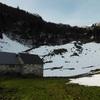 Arrivée aux Bordes Cabanes ou cabane de la Herrère (1300 m),devant la crête de Laherrère
