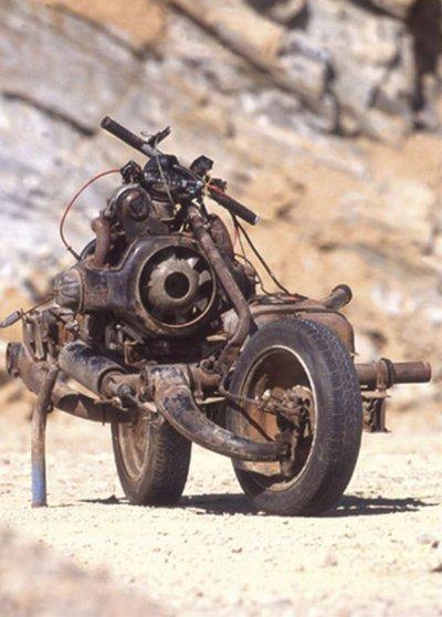 Voici l'histoire surprenante d'Emile Leray . Il part pour un raid en solitaire en Afrique avec une 2 Cv qu'il a pr?par?e pour l'exp?dition. Au bout de quelques jours, il est oblig? de sortir de la piste pour contourner une zone interdite.  C'est en roulant hors-piste qu'il d?truit un longeron et un bras de roue de sa voiture contre un rocher. La 2 Cv ne peut plus avancer.il d?cide de transformer sa 2 Cv en moto pour continuer la route.  La premi?re nuit, il r?fl?chit ? la mani?re de s'y prendre. Sans perceuse ni chalumeau, la mission n'est pas facile. Mais finalement tout seul, avec ? peine quelques outils ,  il r?ussit ? fabriquer un engin incroyable en une dizaine de jours.