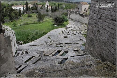 Abbaye de Montmajour le cimetière rupestre des moines et la Chapelle Sainte-Croix