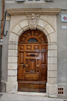 Saint-Saturnin-lès-Apt  porte de la Maison de  Bermond Vaucluse