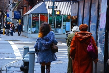 ny_columbus_avenue_people_watching_12_757
