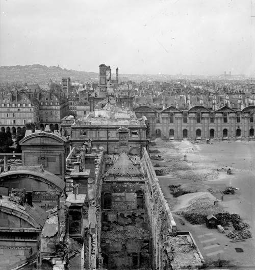 Les vestiges du palais des Tuileries incendié.: