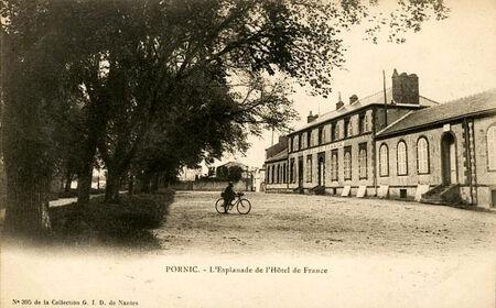 l_esplanade_de_l_h__tel_de_france_1902