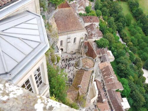 Vue plongeante sur la cité religieuse et le village médiéval