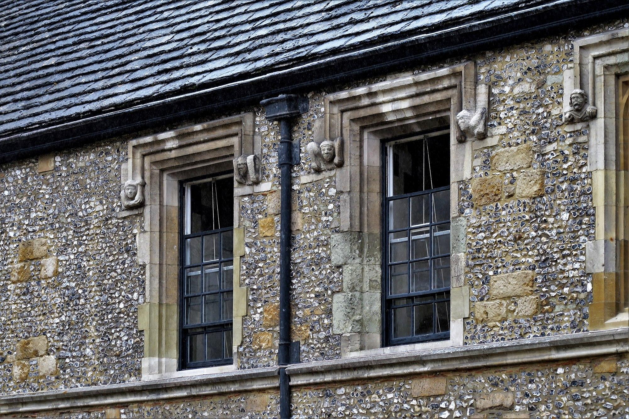 WINCHESTER College : vue sur les fenêtres à guillotines