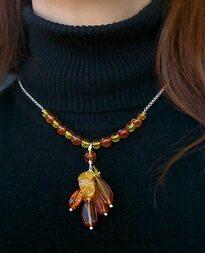 Julie avec le collier Acacia en ambre et argent 925/1000e.