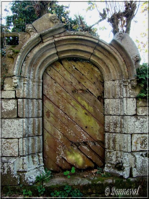 Finistère Locronan encadrement de porte en pierre sculptée