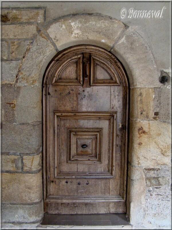 Sauveterre de Rouergue Aveyron jolie porte sous les couverts au heurtoir placé très haut