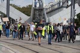 Manifestation des gilets jaunes à Brest. Une petite centaine de manifestants se sont rassemblés place de Strasbourg puis ont défilé vers la place de la Liberté. Jean-Marie Bigard après avoir annoncé sa venue finalement n'était pas présent.