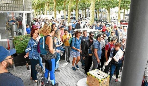 Les manifestants ont déposé une urne devant les locaux du Télégramme, cours de Chazelles, pour dénombrer le nombre de manifestants, estimés par la police entre 300 et 320.