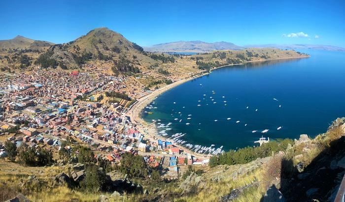 vue panoramique sur Copacabana et le lac Titicaca