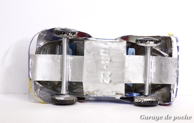 "Renault 4 cv en tôle ""recyclée"""