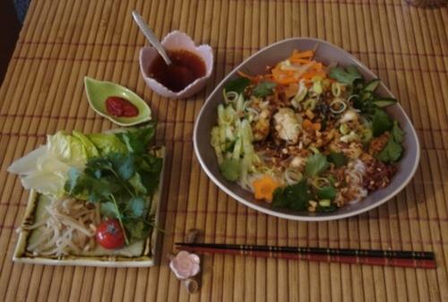 Bún Mực - Salade chaude-froide de vermicelles riz au calamar sauté à la citronnelle