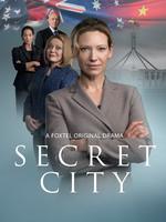 Secret City : Alors que les tensions politiques montent entre la Chine et les Etats-Unis, la ville de Canberra en Australie en devient un point stratégique de par sa position géographique, malgré l'apparent calme qu'il y règne. La journaliste Hariet Dunkley dévoile des secrets qu'elle aurait mieux fait de laisser dans l'ombre. Elle risque désormais sa vie et met celle de ses concitoyens en danger... ----- ... Nombre de saison(s) : 1 Nombre d'épisode(s) : 6 Origine : Australie Acteurs : Anna Torv, Alex Dimitriades, Jacki Weaver, Damon Herriman, Alan Dale Genre : Drame, Thriller Durée : 60 Année de commencement : 2016 Titre original : Secret City Critiques Spectateurs : 3,0