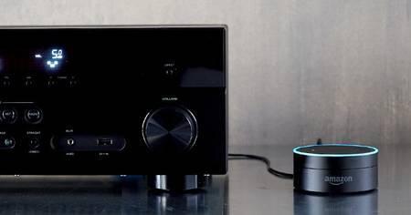 Le cybermarchand Amazon a récemment lancé aux États-Unis un nouvel assistant vocal domestique. Baptisé Echo Dot, il est à l'écoute en permanence pour recevoir des commandes vocales : contrôler certains appareils domotiques, faire des recherches sur Internet, piloter la lecture de musique, obtenir les dernières actualités, programmer des alarmes de rappel… © Amazon