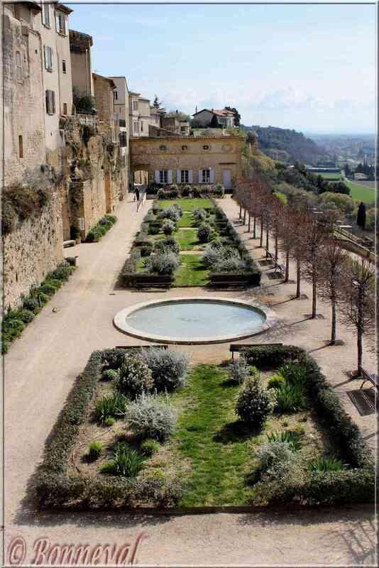 Lauris Vaucluse jardins en terrasses du château