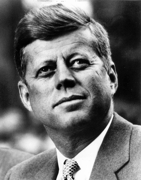 John F. Kennedy Le 20 janvier 1961, à 43 ans, John Fitzgerald Kennedy est devenu le plus jeune président des États-Unis. Étant le premier président présenté à la télévision, les Américains y voient un homme énergique au charisme indéniable et au style inspirant confiance. Malgré la mise sur pied d'un plan social qui entend s'attaquer aux insuffisances et aux déséquilibres de la société américaine, ainsi que sa lutte pour s'attaquer à la fin de la ségrégation raciale aux États-Unis, c'est sa mort: