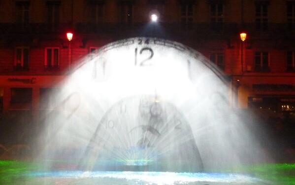 Mur d'eau place république horloge