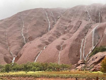 Le Uluru quand il pleut ...