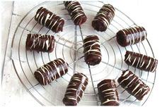 ROULÉ AU CHOCOLAT ET GELÉE DE MÛRE GLAÇAGE CHOCOLAT CARAMEL