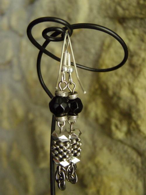 Boucles d'oreilles réalisées en métal et perles noires par Sylvie LE BRIGANT, Créatrice de bijoux