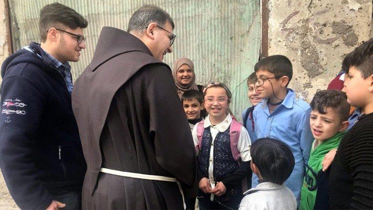 Le père Firas Lufti, et les enfants du projet Art thérapeutique.
