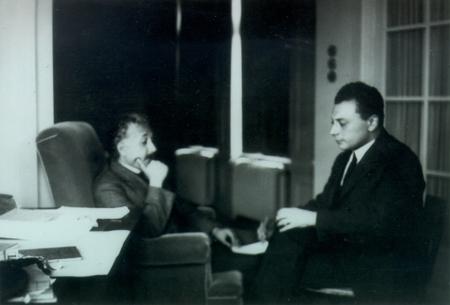 De gauche à droite Albert Einstein et Wolfgang Pauli. Le premier avait introduit la constante cosmologique en 1917 et le second avait pris conscience dès les années 1920 qu'elle pouvait résulter de l'état d'énergie minimal des champs quantiques.