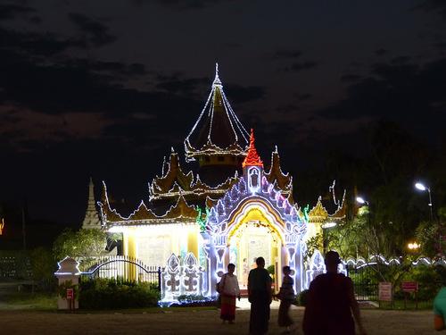 une pagode et ses dépendances de nuit à Mandalay