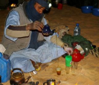 Touareg servant le thé désert