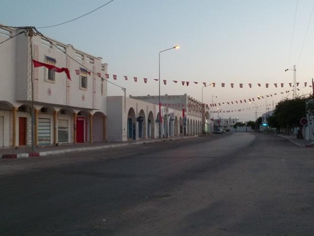Rue principale déserte
