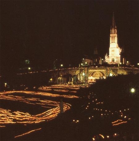 Lourdes : la procession aux flambeaux