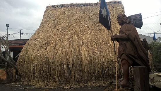 une sculpture de Mapuche devant une ruka