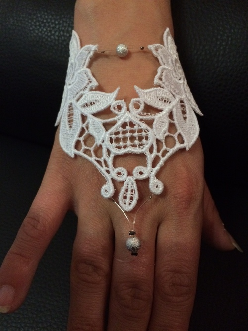 bijou de main en dentelle blanche