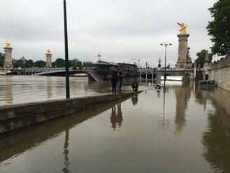 Les grévistes cèdent les spots aux inondations