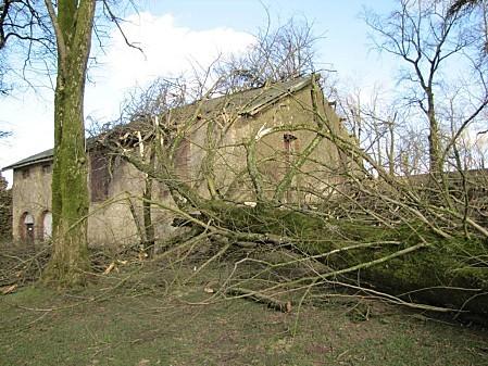 le-chateau-de-Pouzauges-lors-de-La-tempete-Xyntia 0012