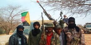 hommes-du-mnla-posant-devant-le-drapeau-de