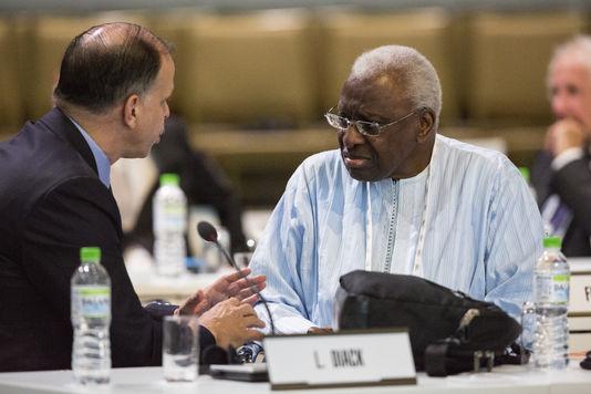 A droite, Lamine Diack, président de l'Association internationale des fédérations d'athlétisme, le 3août, lors de la session du Comité international olympique, à Kuala Lumpur.