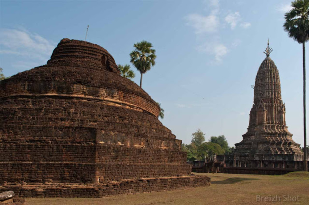 Wat Phra si Rattana Maha That Chaliang - Le vestige d'un stupa fait face à un autre