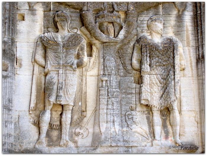 """Les """"captifs"""" - arc de triomphe de Carpentras"""