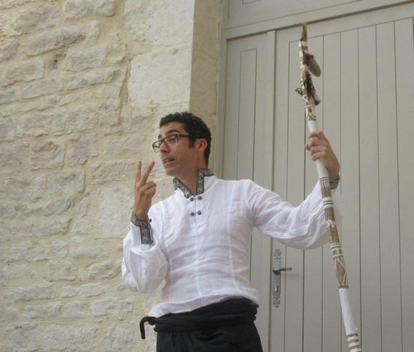 Merlin a enchanté , par la voix de Kevin Nappey, les amateurs de contes, dans la cour du Musée du Pays Châtillonnais