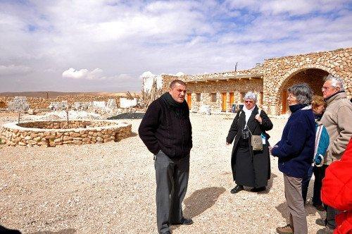 Père Jacques Mourad avec des pèlerins
