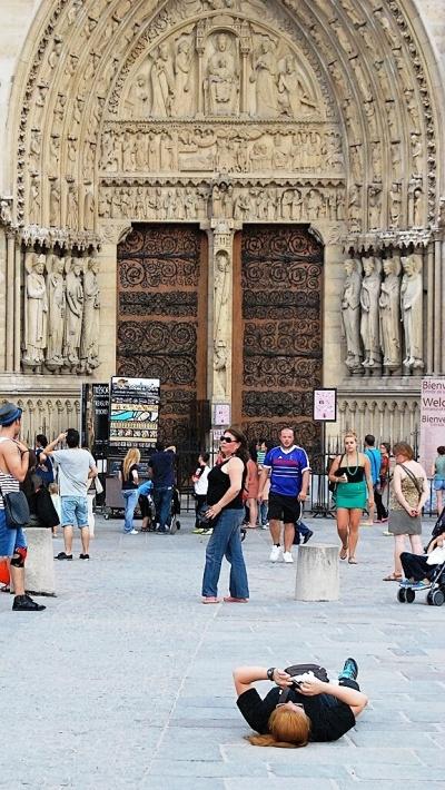 Sur le parvis de la Cathédrale de Paris