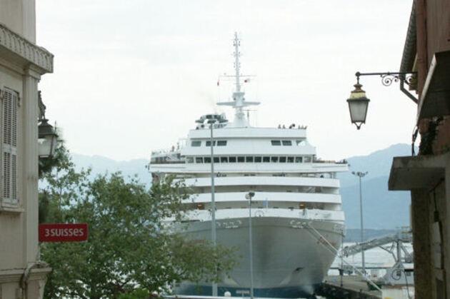 Un ferry dans la ville