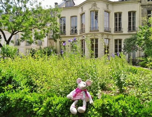 Aux marçes du palais...sur un air populaire!