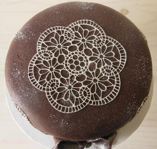 Dentelle argentée sur pâte à sucre chocolat