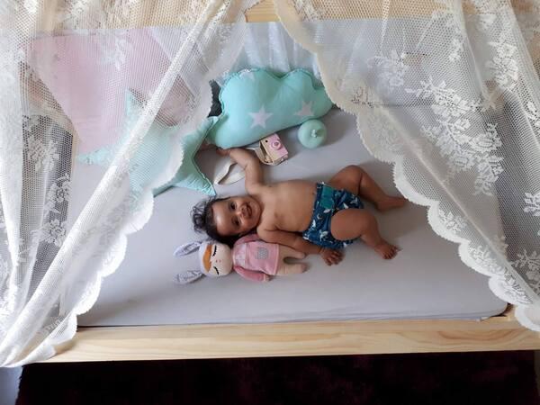 Ma fille dort par terre (ou presque) - le lit au sol façon Montessori de Gribouille ta Chambre (+ code promo)