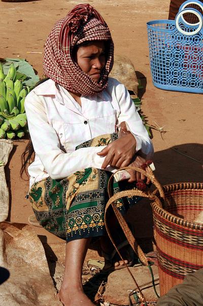 Blog de images-du-pays-des-ours :Images du Pays des Ours (et d'ailleurs ...), Krama et panier à dos - Marché de Banlung - Rattanakiri - Cambodge